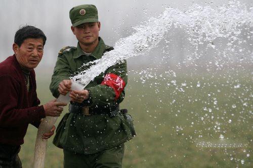 """解放军为缺水民众解""""水荒"""""""