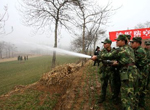 解放军为遭受旱灾民众送水